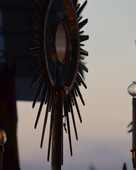 Adorazione Eucaristica sull'altare esterno a Medjugorje il 25 Luglio 2014